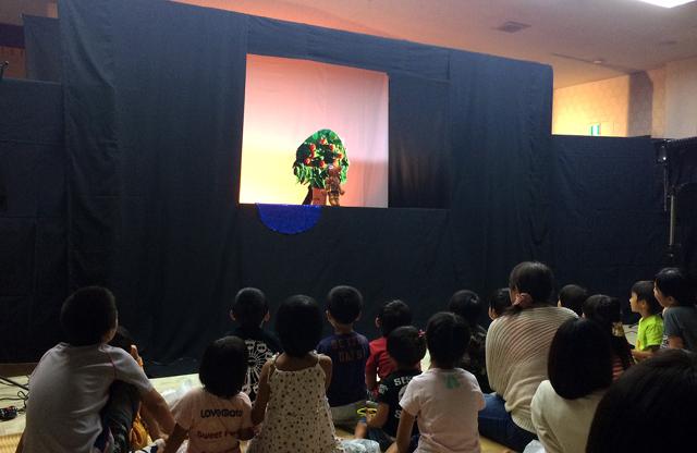 人形劇団「どんぐり座」公演に子どもたちも大喜び!